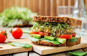 Sandwich fetta di panino con pomodori avocado