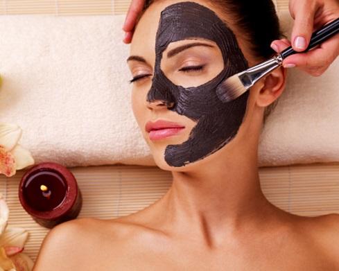 applicare una maschera per il viso