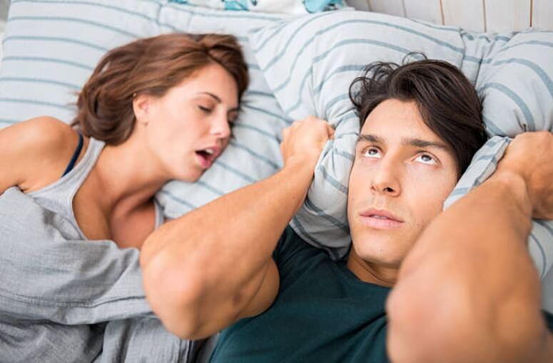 donna che russa a letto