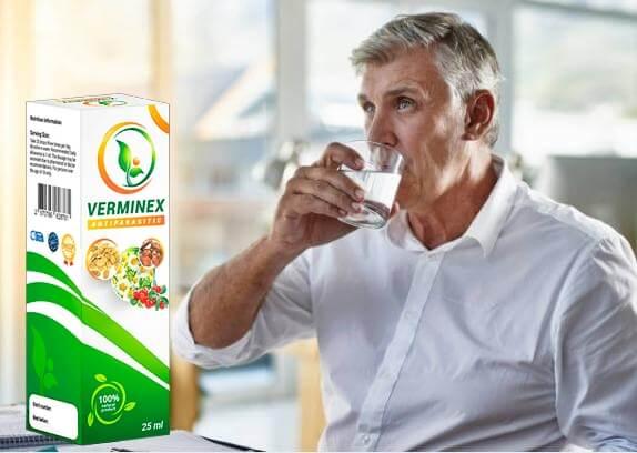 uomo che beve acqua con gocce di verminex