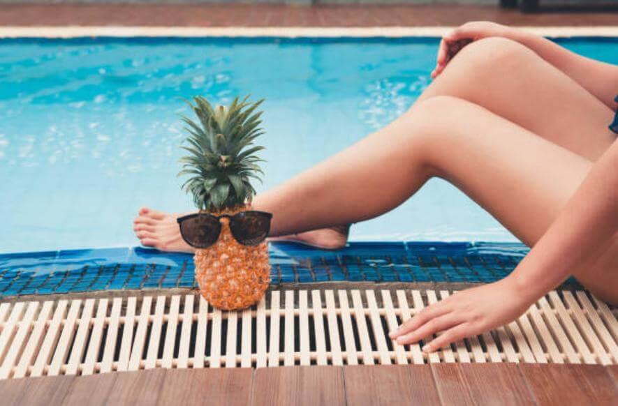 donna con ananas