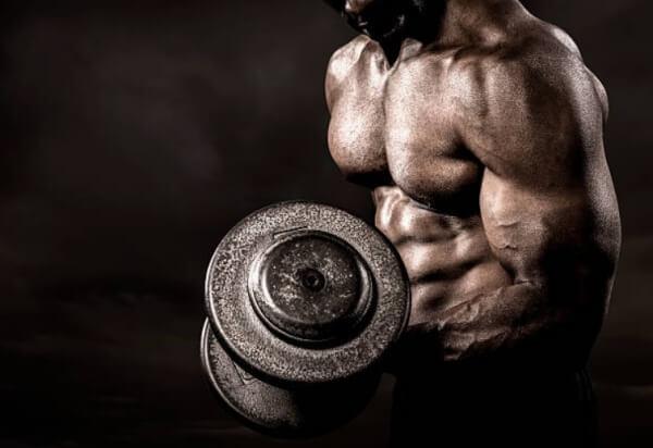 uomo con muscoli