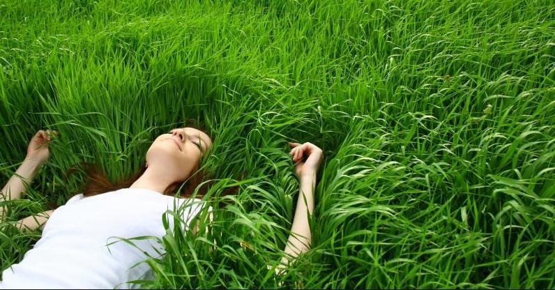 donna sull'erba