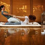digitopressione, massaggio di una donna
