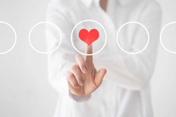 medico che tocca l'icona del cuore