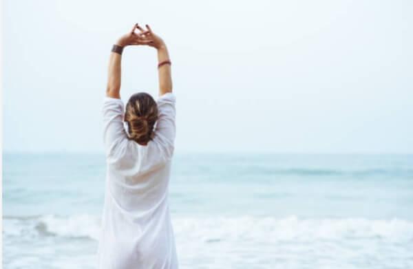 donna si allunga sulla spiaggia
