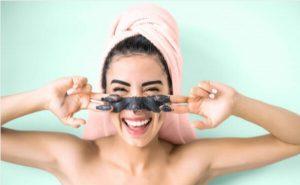 10 prodotti che non dovresti mai mettere sul tuo viso se hai la psoriasi